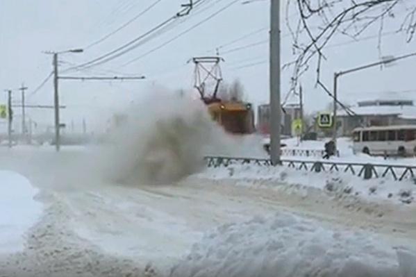 Трамвай закидал снегом только что почищенную дорогу