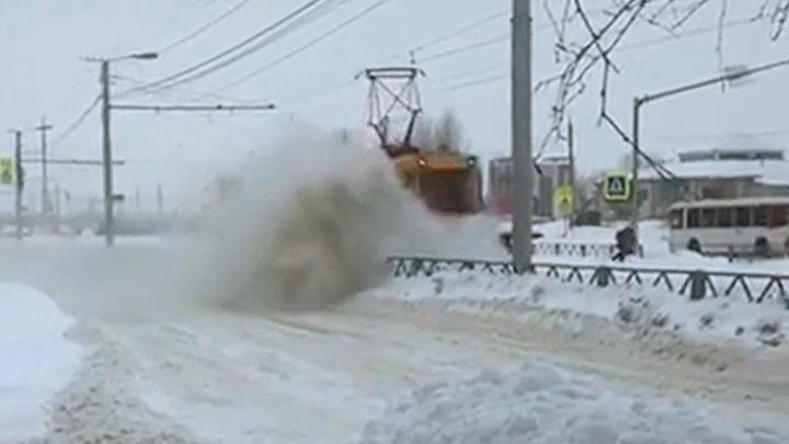 В Ярославле коммунальщики устроили битву, перекидывая снег с дороги на рельсы и обратно. Видео