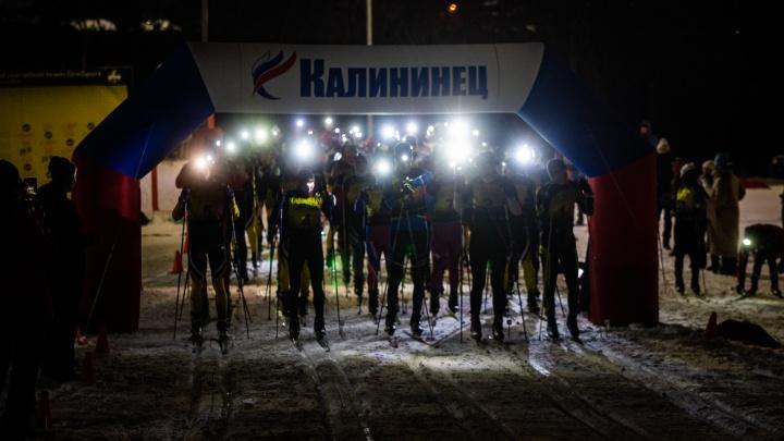 «Разбрелись по лесу, как светлячки»: на Эльмаше устроили ночные лыжные гонки с фонариками