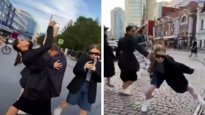 Танцорам, устроившим перформанс на аварийном перекрестке в Екатеринбурге, напомнили о штрафах