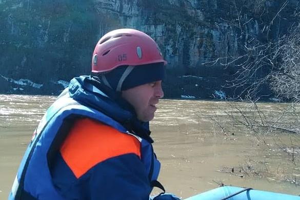 Берег реки сейчас прочесывают спасатели
