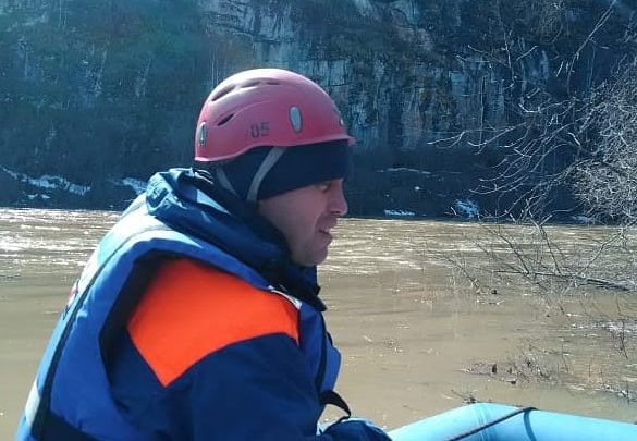 Южноуральские спасатели второй день ищут мужчину, пропавшего при сплаве на байдарке по реке Ай