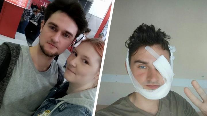 В Новосибирске доставщик еды решил проучить водителя «Мерседеса» и покрутил ему зеркало. В ответ парню сломали глазницу