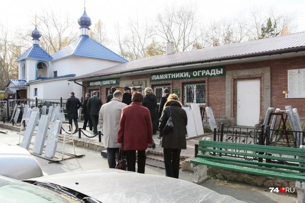 За деньги полицейский передавал похоронной фирме информацию об умерших и их родственниках