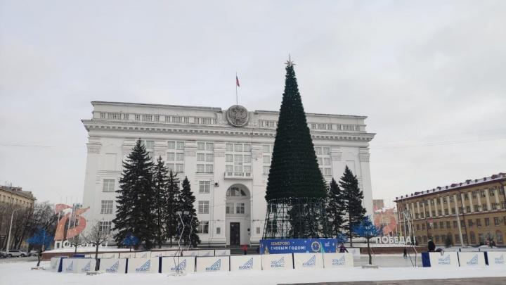 В Кемерово начали убирать елку. Рассказываем, когда ее там уже не будет
