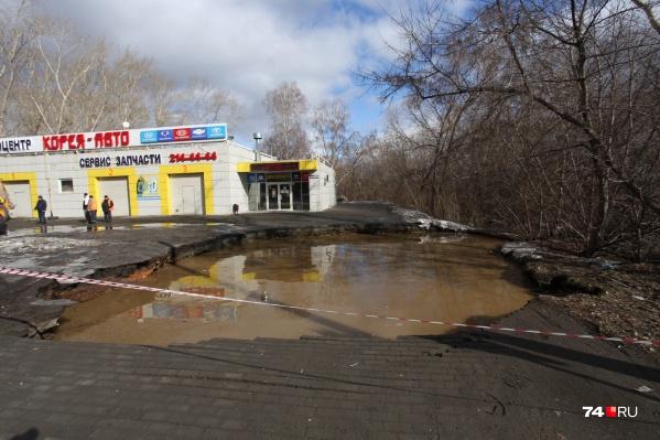 Провал образовался недалеко от пересечения улиц Чайковского и Куйбышева