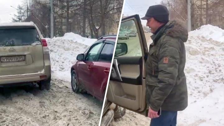 Мужчина на «крузаке» обматерил и заблокировал девушку на «Сузуки» за правильную парковку — видео конфликта
