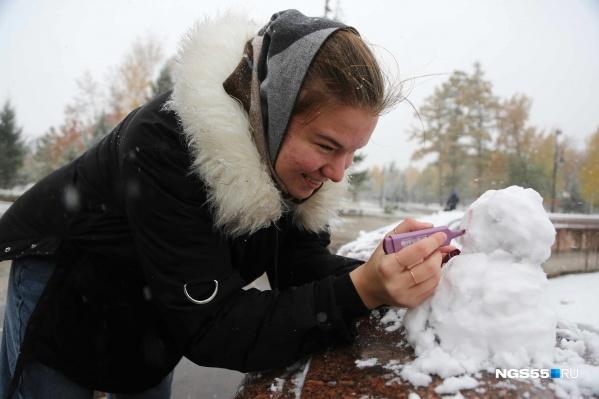Снеговикам можно делать макияж, пусть даже и маркером