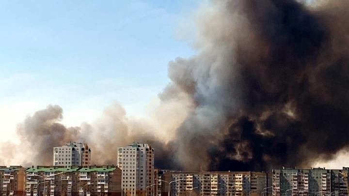 На Левом берегу в Омске горит камыш. Дым видно со всех частей города