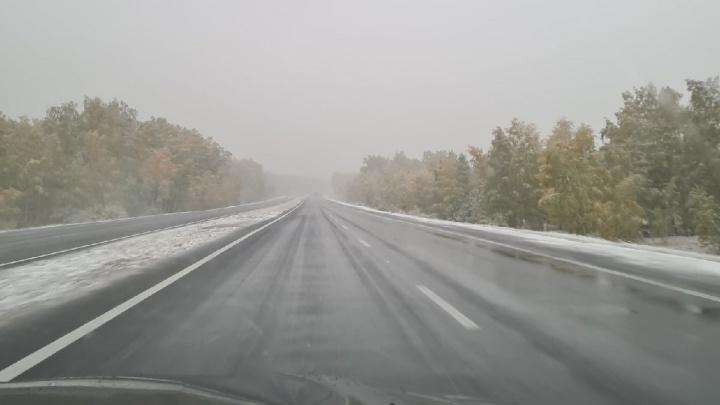 В Челябинской области выпал мокрый снег. ГИБДД выводит на трассы дополнительные экипажи