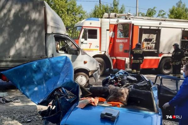 Извлечь погибших и пострадавших из «шестерки» помогали сотрудники МЧС
