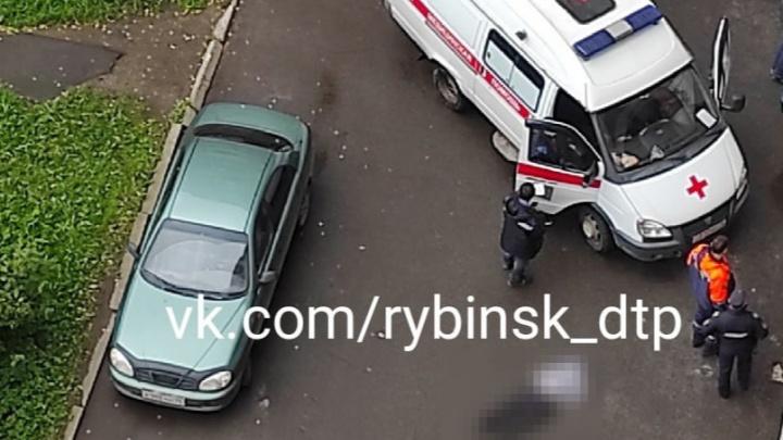 Погиб 12-летний мальчик: в Ярославской области из окна многоэтажки выпал ребенок