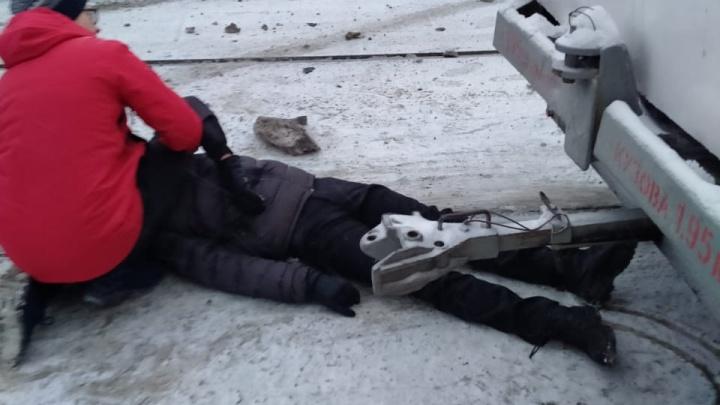 «Удивляюсь, что выжил». Екатеринбуржец разбил голову о трамвай из-за чужой ошибки, а уголовного дела нет