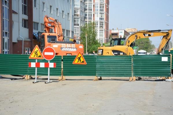 После ремонта коллектора на улице Волховстроя строители восстановят дорожное полотно
