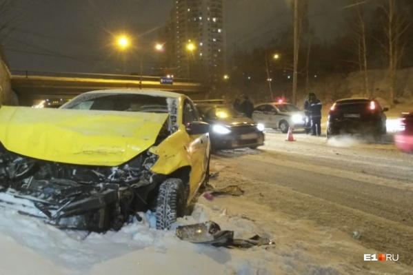 Таксист влетел в автомобили, стоящие в пробке
