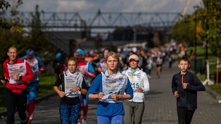 Сотни новосибирцев устроили забег на Михайловской набережной