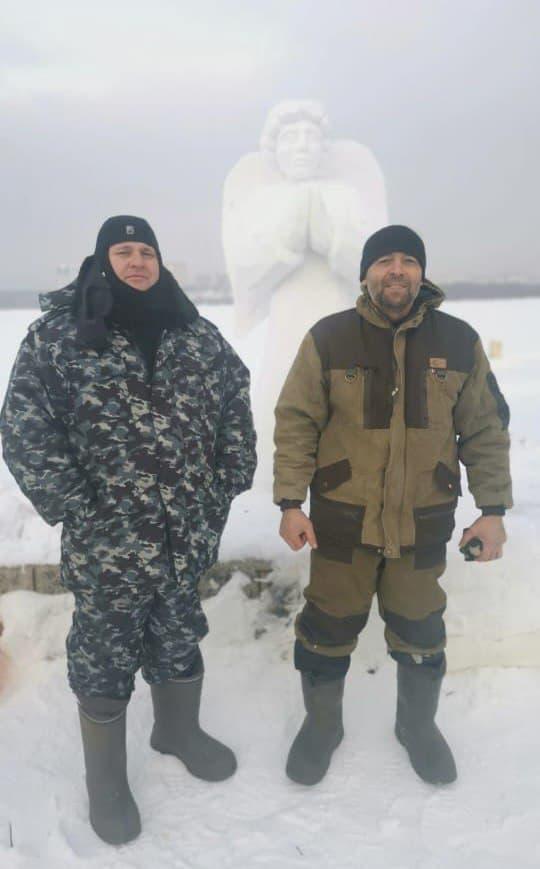 Организаторы купели Александр Мальцев (слева) и Сергей Сопин (справа) уже установили снежных ангелов на месте будущей купели на Затоне<br>