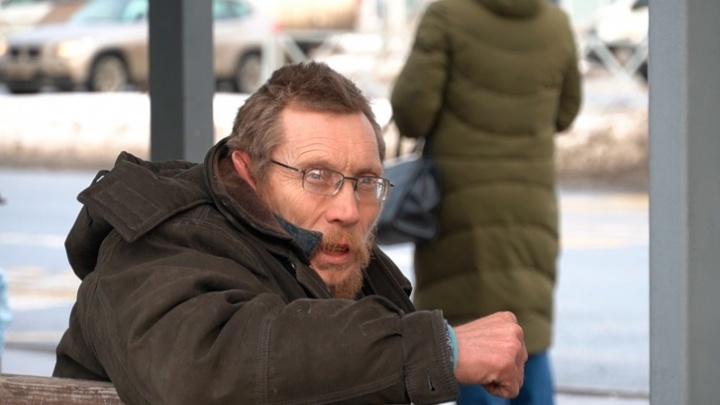 Чиновники рассказали, почему не помогли бездомному, прикованному к остановке в Ярославле