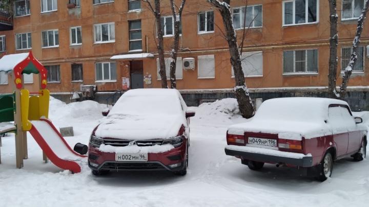 «Я паркуюсь как...»: в Екатеринбурге автохамы превращают в стоянки детские площадки