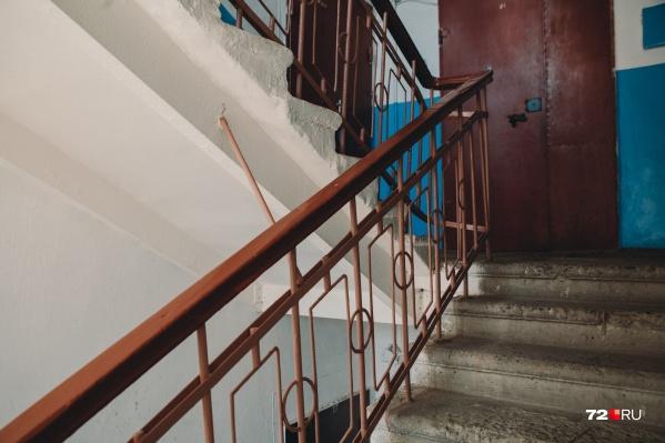 Всё произошло в пятиэтажном доме, который находится рядом с исправительной колонией