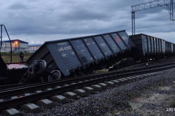 Судя по времени на фото, вагоны сошли с рельсов в районе 04:00