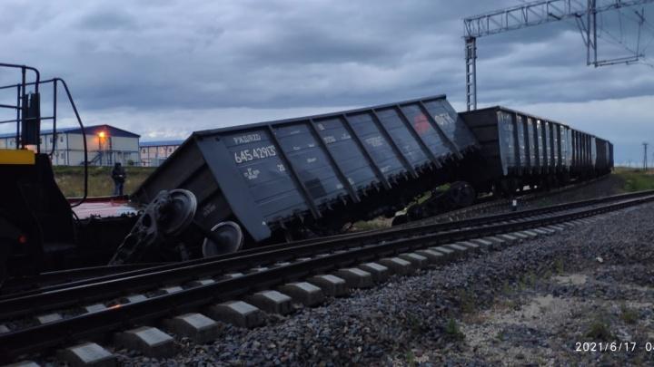 В Тамани после ливней с рельсов сошли 2 вагона с углем