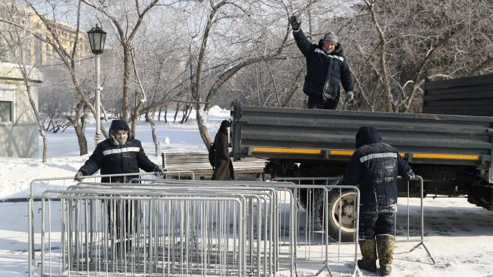 На площади Ленина начали убирать ограждения. Это сделали после заявления мэра, что их там нет