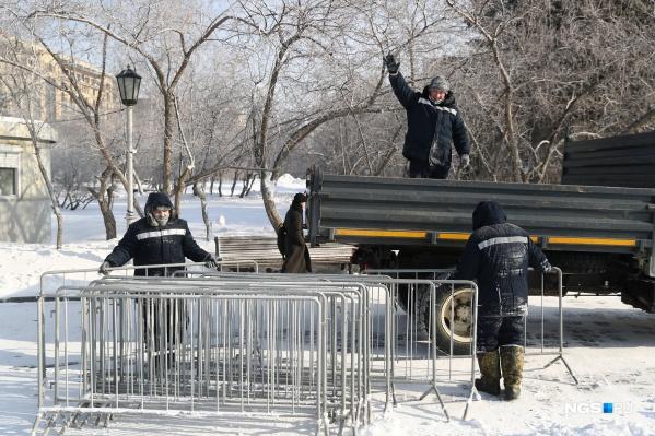 Заборчики вывозят с площади после заявления мэра