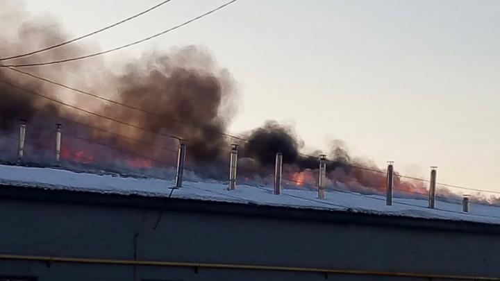 В Свердловской области несколько часов горело здание хлебозавода