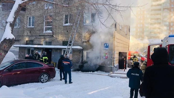 В центре Новосибирска загорелась пятиэтажка — у дома собрались пожарные машины и скорая помощь