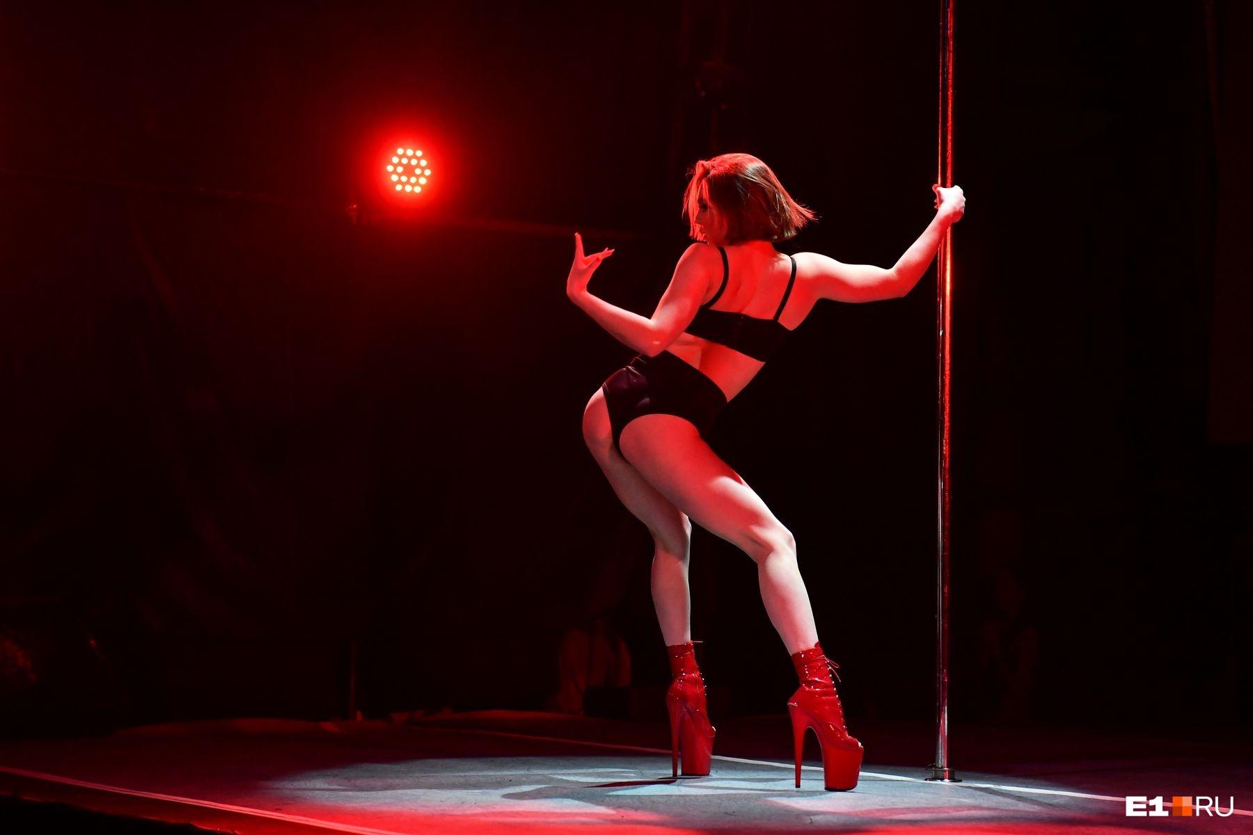И работает по профессии, а pole dance — хобби для души