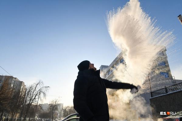 Уральская забава — выплеснуть горячую воду в студеный воздух. Пробовали сами?