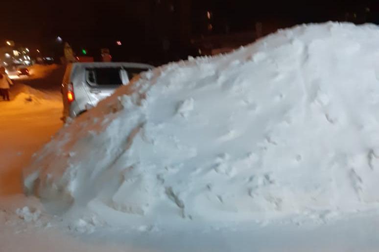 Снежная гора возле детской поликлиники на Пришвина