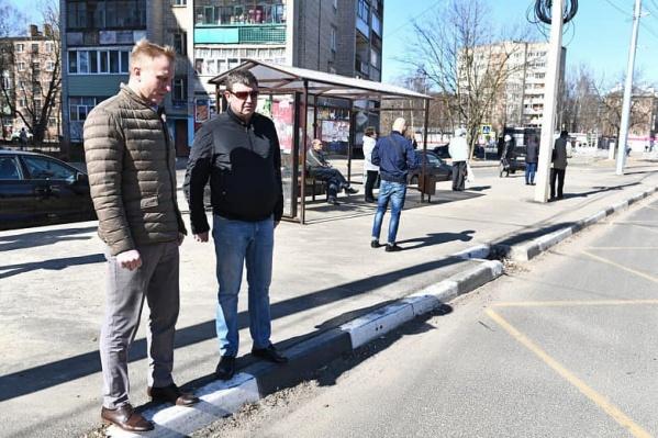 Представитель мэрии и фирмы подрядчика вместе посмотрели, что нужно доделать на Тутаевском шоссе