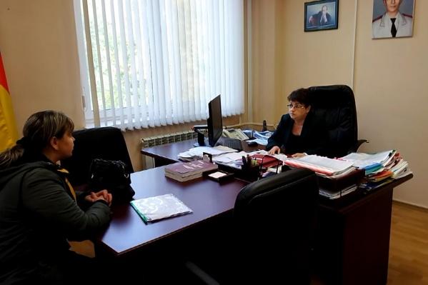 В кабинете Ольги Зубаревой висит фотография Владимира Путина и нарисованный портрет главы Роспотребнадзора Анны Поповой