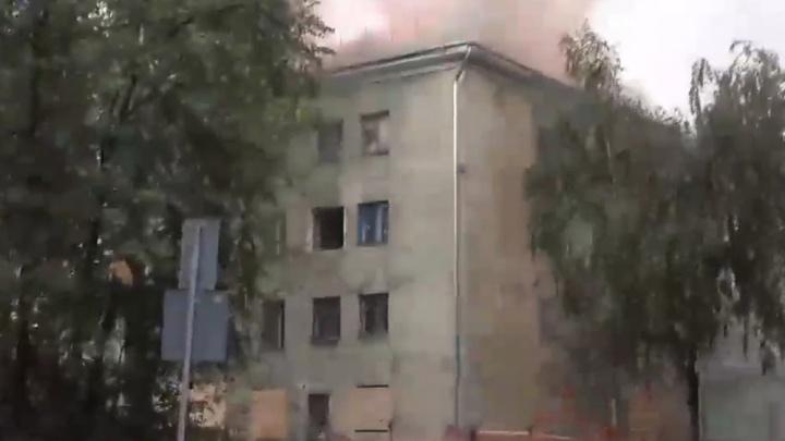 Заброшенное общежитие загорелось в Дзержинске. Огонь разошелся на 600 квадратных метров