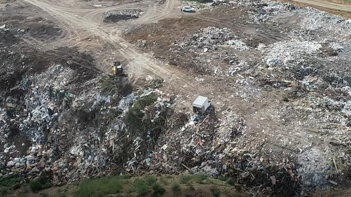 Гигантская свалка возникла под Ростовом на ничейной территории у трассы М-4