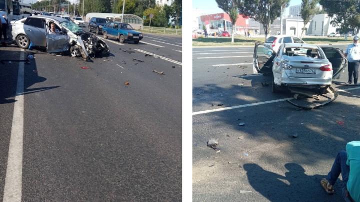 Кузов в хлам: в Самаре столкнулись две легковушки и автобус