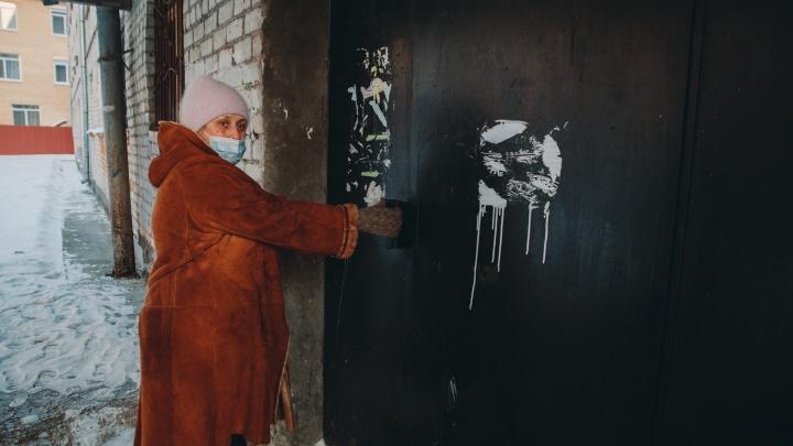 Жители тюменского общежития закрыли центральный вход. Детективная история о двери