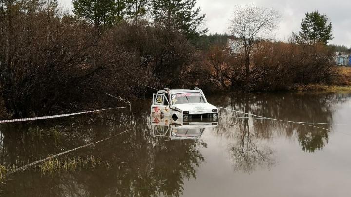 Уральские автомобилисты-экстремалы на территории аэродрома Быньги выяснили, какая машина самая проходимая