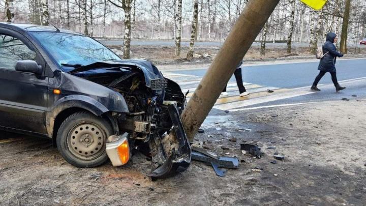 «Уводил машину от остановки с людьми»: водитель, влетевший в столб, винит в произошедшем дорожников