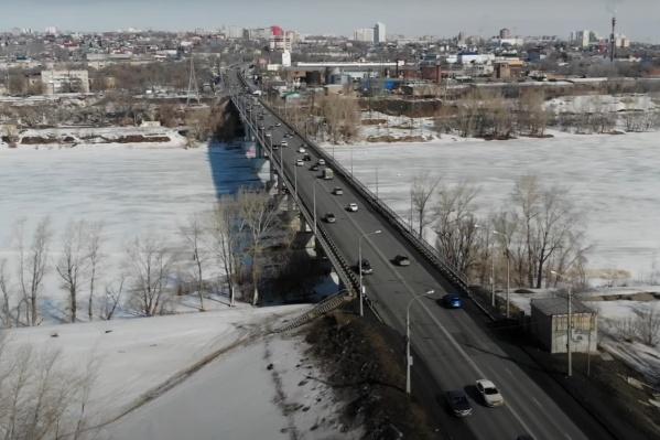 Мостсоединяет Железнодорожный и Куйбышевский районы