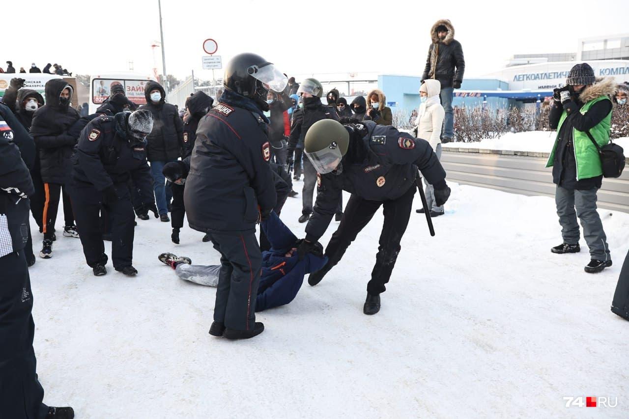 """В райотдел полиции доставили больше <nobr class=""""_"""">30 человек</nobr>"""