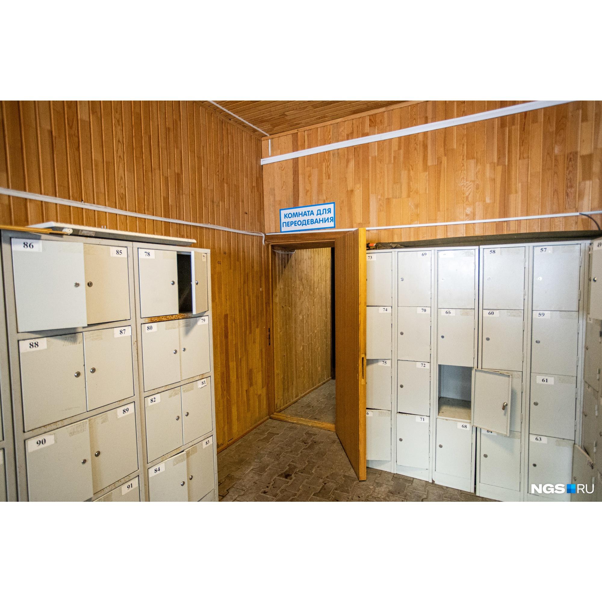 На территории комплекса есть ячейки для хранения вещей и теплые раздевалки, но всё это далеко, поэтому многие предпочитают переодеваться в машине