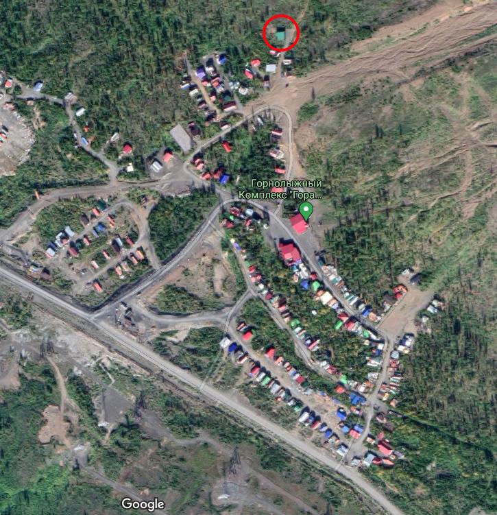 Это поселок на горе Отдельной, в основном он состоит из самовольно построенных домиков. Красным обведен дом, который стоял выше всех по склону и в котором погибла семья