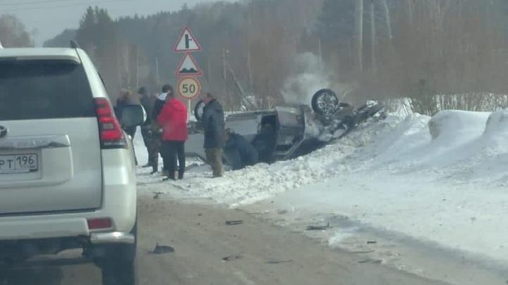 Под Екатеринбургом легковушка после столкновения перевернулась и вылетела в сугроб