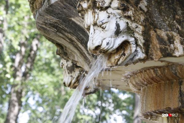 Сейчас фонтан частично покрыт пятнами и требует ремонта
