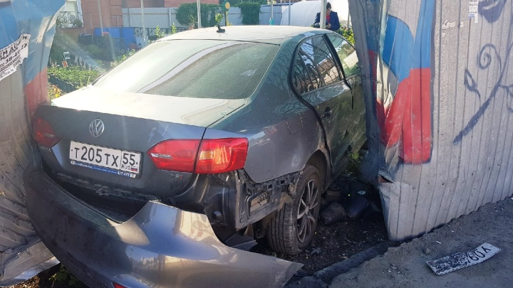 На Герцена иномарка после ДТП протаранила забор магазина