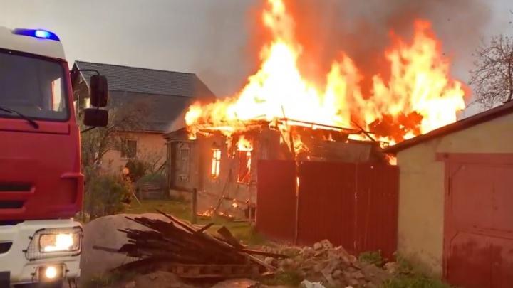 «Молния ударила»: пользователи соцсетей обсуждают пожар в Ярославле, случившийся во время грозы
