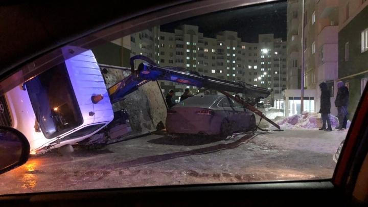 В Южном городе эвакуатор рухнул на иномарку